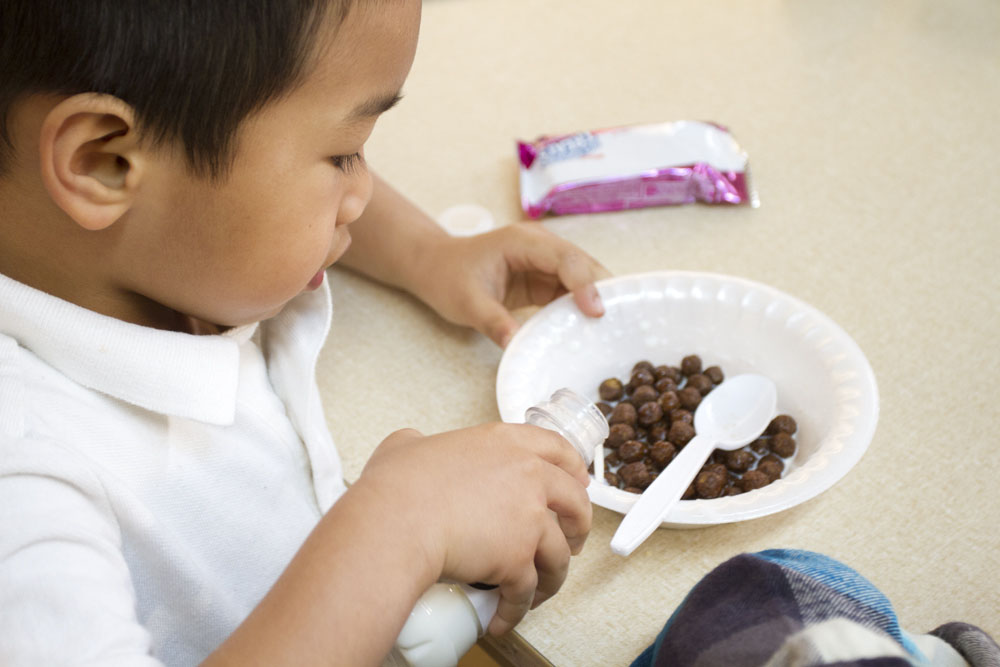 kid eating cocoa puffs cereal