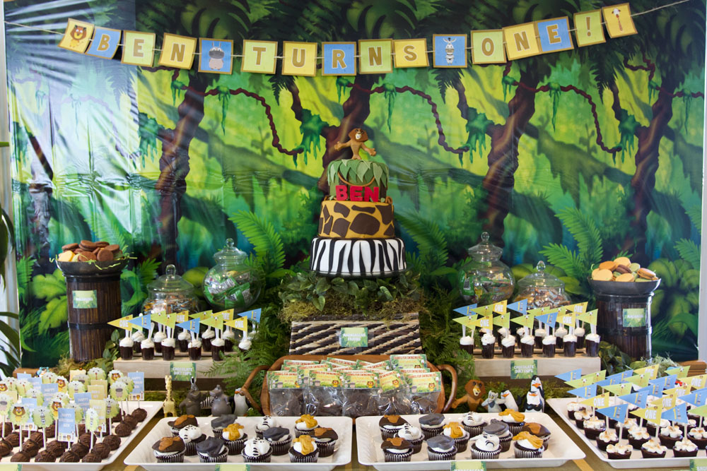 madagascar jungle dessert table